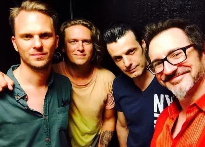 在纽约与著名萨克斯手Sean Nowell等乐手组乐队